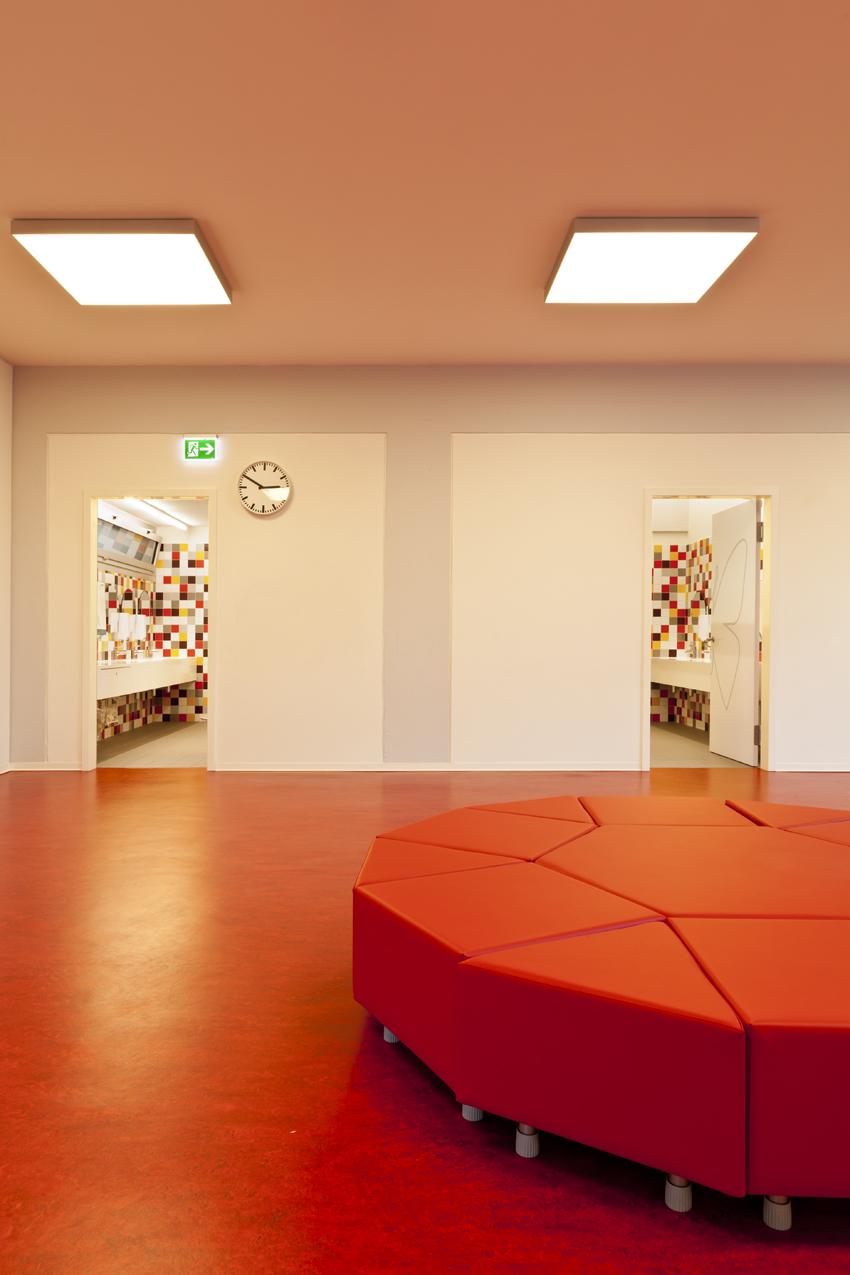 Pavimento in resina rossa metallizzata per sala di attesa e spazi comuni