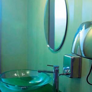 Pareti in resina per questo bagno collocato in un ufficio