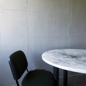 resina effetto cemento e piano tavolo effeto marmo