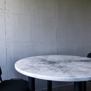 parete in resina effetto cemento e ripiano in marmo