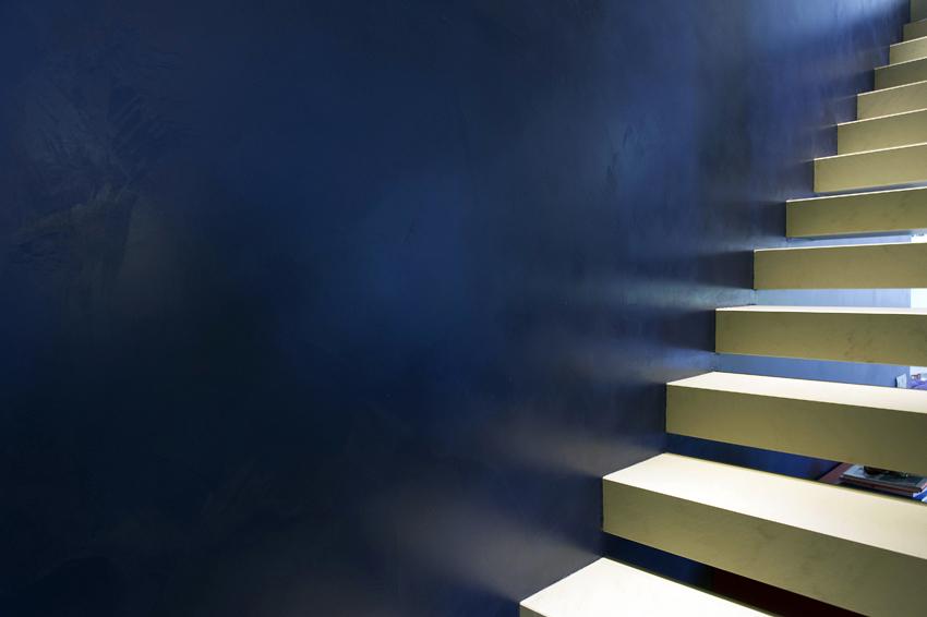 Scale in resina e parete.