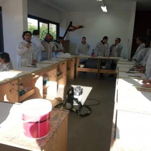 lezione pratica su come posare la resina durante il corso per resinatori certificati