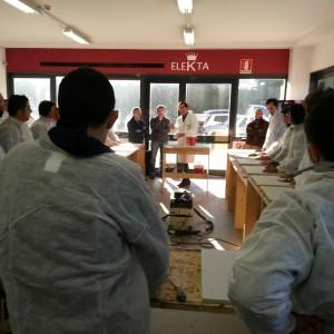 L'ing. Menesatti spiega come preparare correttamente la resina prima di posarla