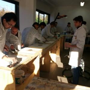 Applicazione pratica della resina durante il corso per resinatore