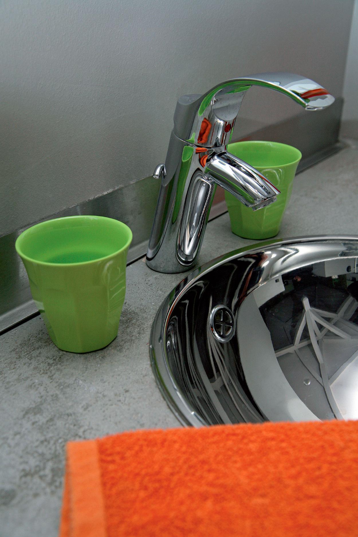 ripiano bagno ricoperto con resina