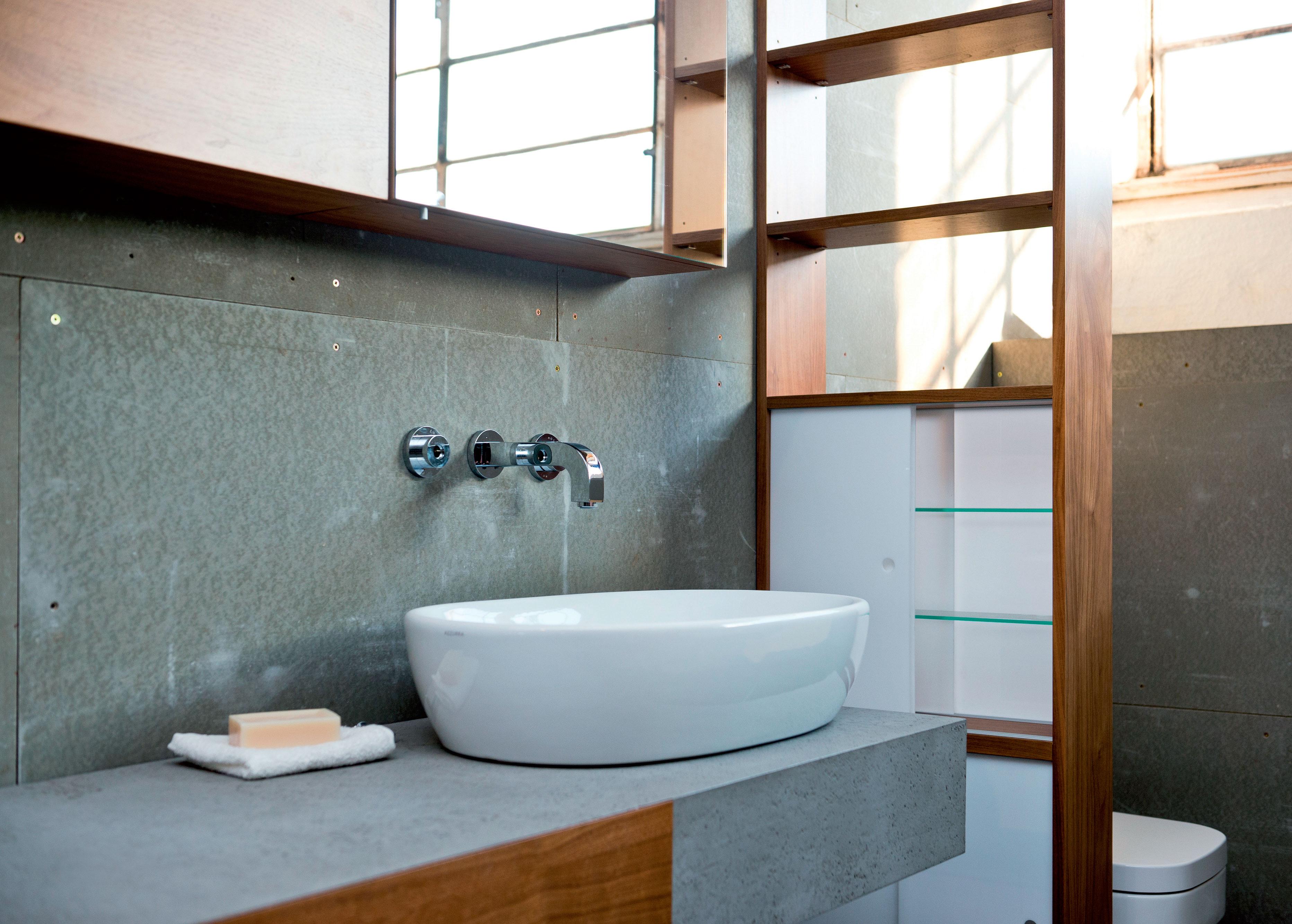 Trendy parete del bagno facilmente lavabile realizzata in resina with resina pareti bagno - Bagno in cemento resinato ...