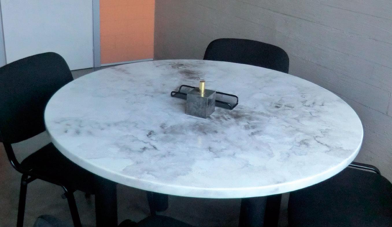 ripiano tavolo ufficio realizzato in resina con venature simili al marmo