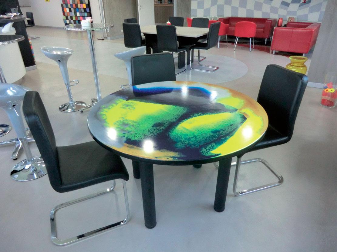 effetti fluo per questo tavolo coperto da resina artistica