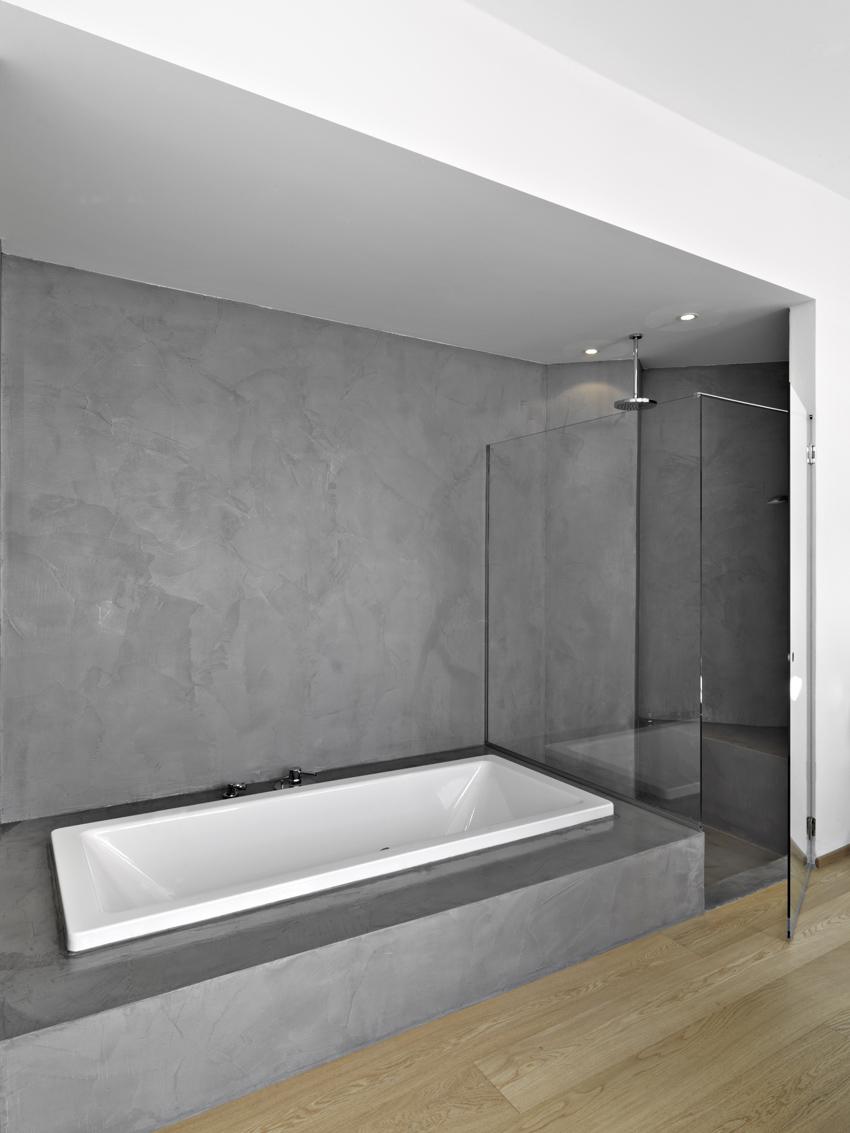 la resina è adatta anche per l'interno delle docce. Facilmente lavabile ed igienica. effetto metallizzato