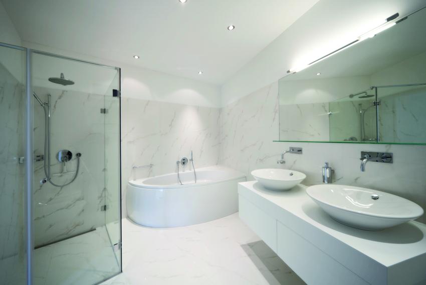 pareti e pavimento in resina che simula il marmo molto utilizzato nei bagni