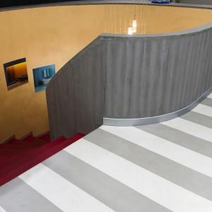 resina effetto cemento, resina rossa per le scale e resina glitter sulle pareti