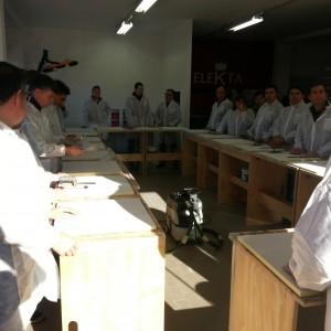 Il tecnico Elekta spiega la procedur acorretta per stendere la resina su pavimenti e pareti