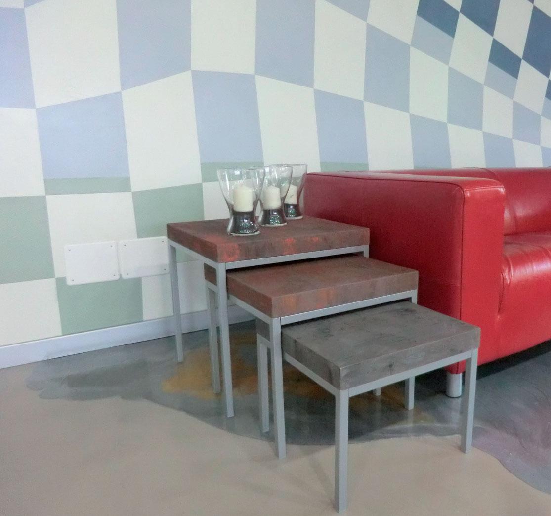 set di tre tavolini ricoperti con resina